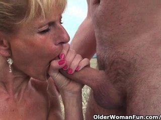 sexy ältere Dame mit großen Titten wird gefickt im Freien