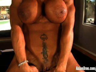Muskelpornodarstellerin Rhonda Lee Spreads und spielt mit ihren Kitzler