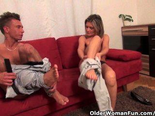 sexy MILF wird gefickt und saugt seinen Schwanz trocken