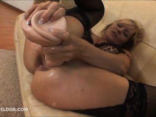 Babe hämmerte ihr Arschloch mit einem großen brutalen Dildo und spritz