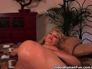 vollbusige Oma liebäugelt ihre Muschi fickbar