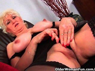 ihre großen Titten und Finger Oma in Strümpfen Massagen fickt ihre alte Pussy