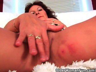 Oma mit großen Titten Finger fickt ihre haarige Muschi