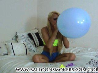 Teenager bläst Luftballons im Schlafzimmer zu Pop