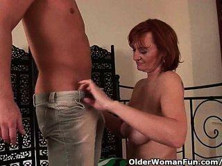 versaute Oma fisted wird, bevor sie mit einem Gesicht