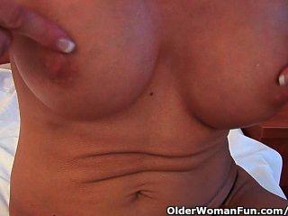 schwül Oma Sonden ihre alte Pussy mit einem Dildo
