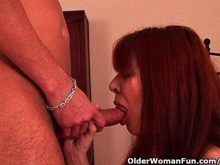 Oma mit haarige Fotze genießt in ihrem Mund und Pussy einen harten Schwanz