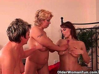 Oma und zwei Fußballmammen masturbiert und dildoing