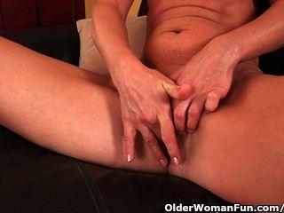 ältere Frau mit kleinen Brüsten und heißen Körper masturbiert