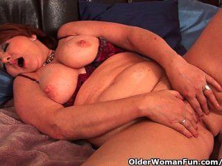 vollschlank Oma mit großen Titten fickt einen Dildo