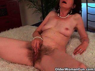 reife Mutter mit haarige Muschi und Achseln wird gefickt tief