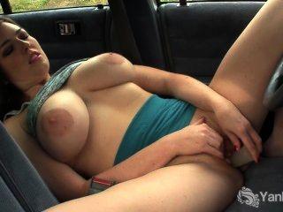 vollbusige amber Spielzeug ihre Muschi im Auto