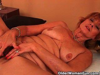 plump Oma bekommt in ihren unrasierten Pussy gefickt