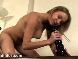 blonde teen einen großen brutal wellige Dildo wirklich tief in ihre Muschi schob