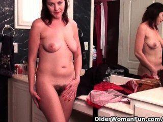 Fußball-Mama mit haarige Muschi masturbiert in Strumpfhosen