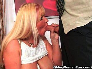 versaute Oma saugt Hahn und bekommt einen Mund voll Sperma