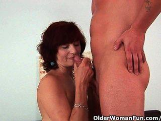 Oma bekommt einen guten Fick und eine cremige Gesichts