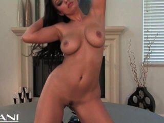 sexy Babe Streifen aus ihrem sexy schwarzen Dessous
