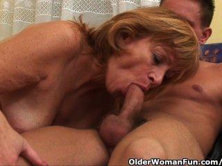 Oma bekommt ihre haarige Pussy gefickt tief
