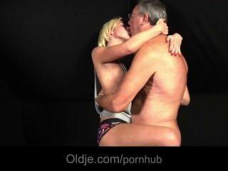 blonde Teenager von ihrem Geliebten abgeladen fickt für Sex Bedürfnisse Oldman