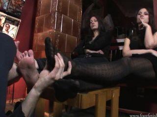 larissa und amanda mit Fußsklaven spielen