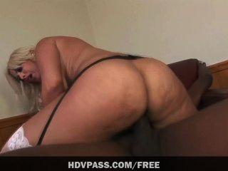 Bridgette b saugt einen großen schwarzen Schwanz, bevor ihre saftige Pussy stretche bekommen