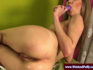 geschwollene Pfirsich Babe mit einem Dildo in ihrem Arsch
