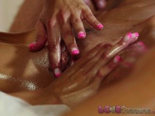 Liebe Creampie junges Mädchen in öligen Massage Dreier cum innen bekommt