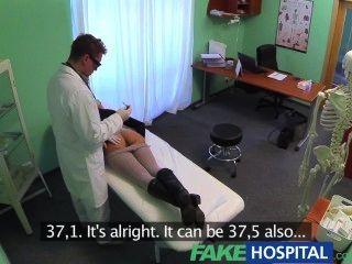 sexuelle gefälschte Behandlung im Krankenhaus verwandelt sich herrlich vollbusige Patient stöhnt Schmerz