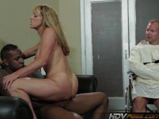 sexy blonde Milf Shayla Laveaux wird von großen schwarzen Schwanz gefickt