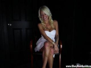 Glory Hole Geheimnisse heiße Blondine liebt 1 jeden Tropfen Sperma