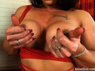harte Muskeln und eine große Klitoris in einem sexy roten Kleid