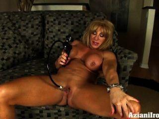 große Muskeln, große Klitoris und eine Pumpe es größer zu machen
