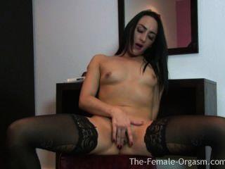 hot Coed masturbiert ihre große Flattern Schamlippen zum Orgasmus