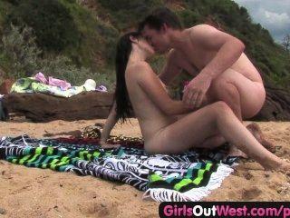 Cutie ficken einen Fremden am Strand