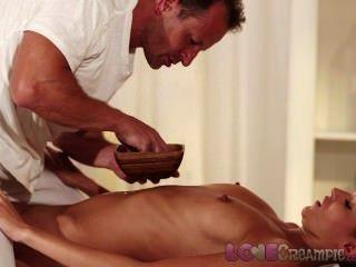 Creampie Teen mit perfekten Titten nimmt Sperma in nach Öl-Massage lieben