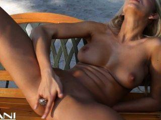 hot blonde Mädchen Streifen ihrem Bikini und Finger fucks off
