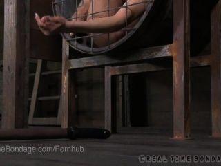 2 Käfigen vollbusige bdsm Schlampen ficken sich gegenseitig mit Dildos