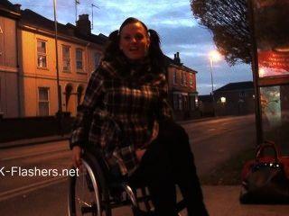 paraprincess Außen Exhibitionismus und blinkt Rollstuhl gebunden Babe zeigen