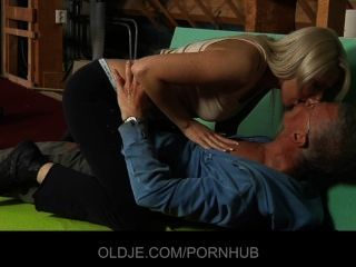schüchtern Oldman verführt und gefickt von fett hussy blonde