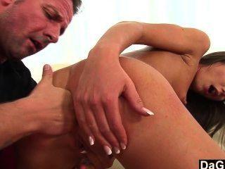 Nataly saugt Sperma aus einem Schwanz