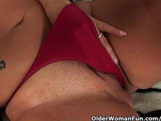 schwül MILF mit großen Titten fickt sich mit zwei Dildos