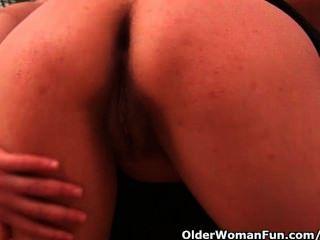 42 Jahre alt soccer mom mit großen Titten fickt einen Dildo