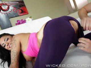 alexa aimes zeigt ihrer heißen Yoga-Bekleidung