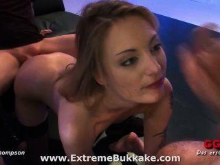 schöne blonde Babe Kitty will, dass alle ihre Säfte in den Mund
