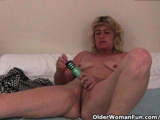 Oma mit harten Nippel Finger fickt ihre alte Pussy