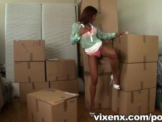 vixenx - heiße Latina katia findet einen Hahn in einem Kasten