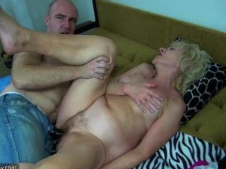 alt mollige Oma im Bett hat Sex mit geilen Mann