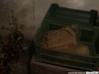 Hündin stop - vollbusige tschechische Mädchen wird im Keller gefickt