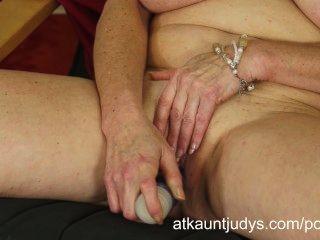 Tahnee fickt ihren Arsch und ihre Muschi zu einem spektakulären Orgasmus